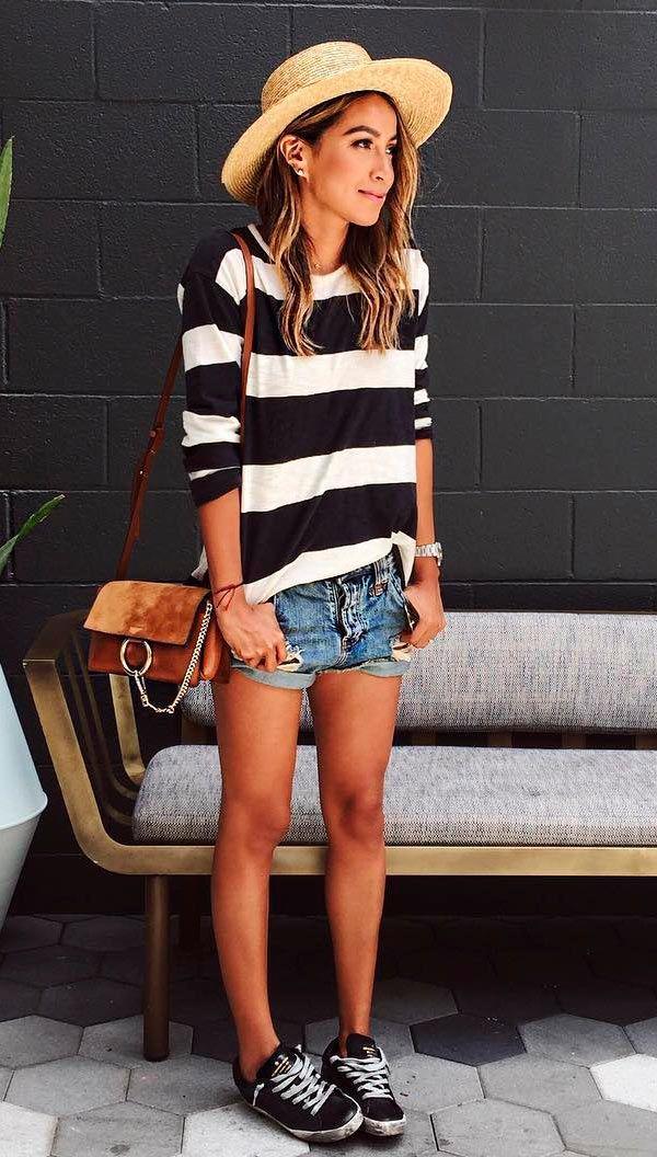 Street style look com blusa listrada e shorts jeans.