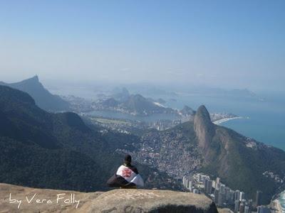 Filho envolvido na bandeira do Vasco da Gama (time do coração), admirando o Rio, da Pedra da Gávea