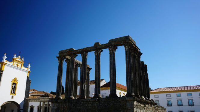Évora é a principal cidade da região do Alentejo em Portugal. Um bonitinho povoado e macabro com a sua capela feita de ossos humanos.