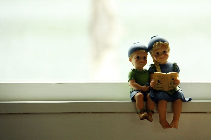 Disse to sitter i vinduskarmen.