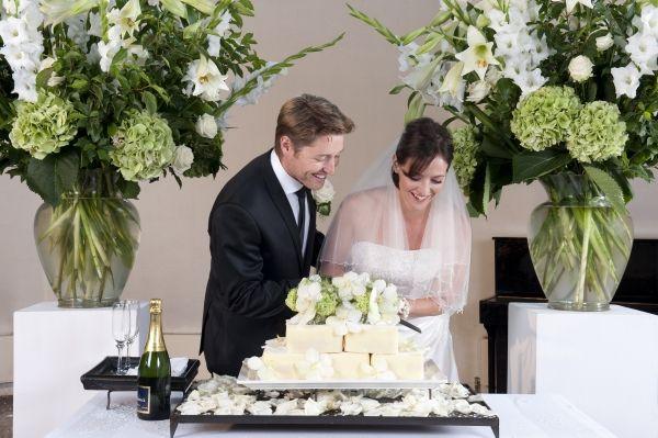 Bruiloftlocatie aankleden met bloemen.