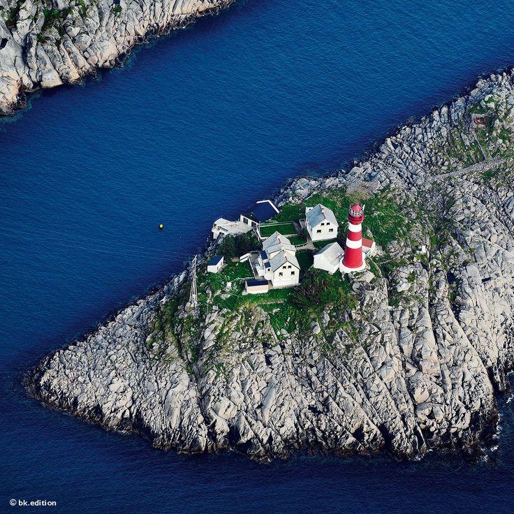 Skrova Fyr gilt als der schönste Leuchtturm der Lofoten. Der Wegweiser für die Seeschifffahrt führt hinein in die fischreichsten Gewässer innerhalb der arktischen Inselgruppe in Nordnorwegen. Hier fängt man seit alters den Dorsch und erforscht dessen Wanderwege – Diese Karte hier online kaufen: http://bkurl.de/pkshop-212078 Art.-Nr.: 212078 Fischen und Forschen | Foto: © Bertrand Rieger/Hemis/laif | Text: Rolf Bökemeier