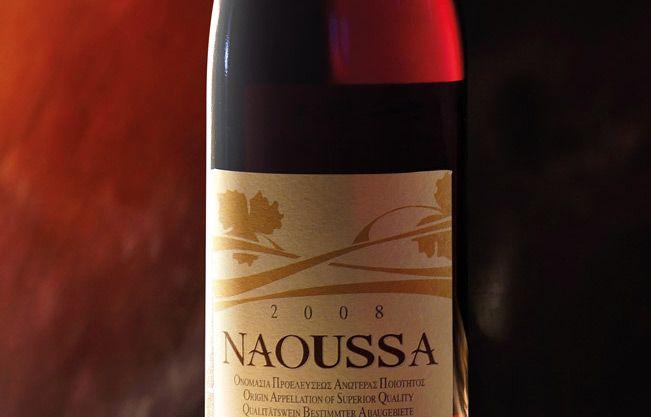 """Der Wein XINOMAVRO (""""saurer Schwarzer"""") von NAOUSSA g.U. wird ausschließlich aus der Sorte Xinomavro erzeugt, einer roten Traubensorte, die sich dem besonderen Gebirgsklima von Naoussa angepasst hat, wo sie zur vollendeten Reife gelangt."""