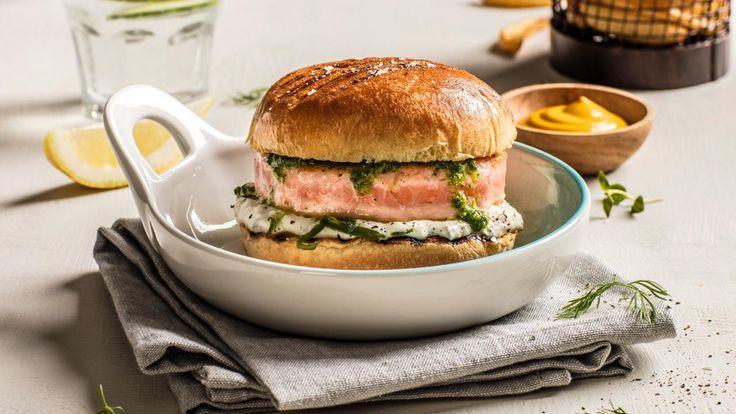 Gresk agurksalat og chimichurri er lekkert følge til en mild lakseburger. Server den raske og enkle burgeren med laks i brioche-burgerbrød og server med fries ved siden av. Du finner ferdig tilbehør hos MENY. Eller du kan lage selv, se lenker til oppskrifter på hjemmelaget tzatziki og chimichurri nederst på siden.