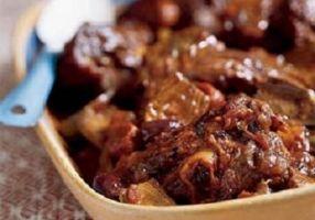 DAUBE BEARNAISE (800 g de joue de bœuf  . 1 tranche de poitrine fumée . 3 c à s de farine . 3 c à s d'huile d'olive . 1 bouquet garni . sel, poivre) (MARINADE : 50 cl de vin rouge . thym, laurier . sel/poivre . 1 oignon piqué  de 2 clous de girofle . 1 gousse d'ail . 3 carottes)