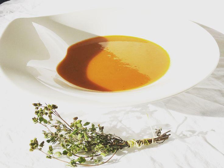 De ALLERLEKKERSTE Tomatensoep. Ingrediënten:  6 grote rijpe tomaten 1 peen 3 tenen knoflook 2 kleine rode uien 4 eetlepels balsamicoazijn  Verse tijm Runderbouillon Klein blikje tomaten puree 800 ml water  Laat 10 min koken en pureer geheel  Voor bij het serveren:  Verse basilicum Crème fraîche  Eet smakelijk!! #tomatensoep #recepten #soep #delicious #koken #gezondeten #gezond #healthyfood #beautiful #kidsfood