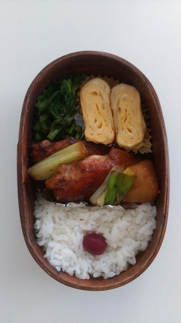 posted by @nlk03 今日のお弁当 手羽先と大根の煮物、だし巻き卵、大根の葉のお浸し #obentoart