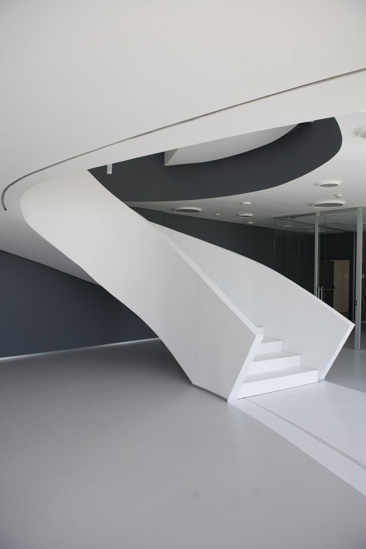 'Un elemento fluido, in contrasto con la rigidità dell'edificio'