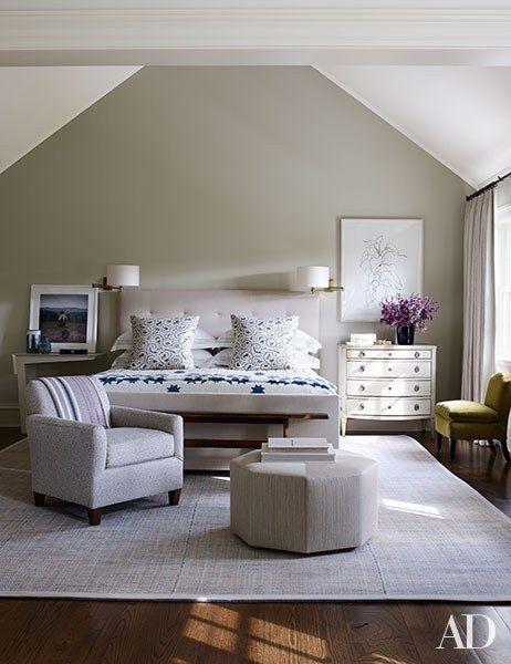 At the Connecticut retreat of Edie Parker accessories designer Brett Heyman and her family, decorator Mark Cunningham kept the color scheme neutral in the master bedroom. | archdigest.com