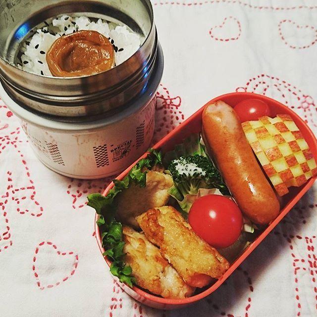 今日の#お弁当🍱  鶏の竜田揚げ🐓 ソーセージ ブロッコリー プチトマト🍅 りんご🍎  週末は、土曜日学校もあったので、あっという間(^-^; いってらっしゃーい  #娘弁当 #お弁当 #小学生のお弁当 #サーモス #真空断熱フードコンテナー #チクチク部 #刺し子 #刺し子ふきん #lunchbox #lunchboxfordaughter #instalunchbox #foodpic #instafood #obento #obentogram