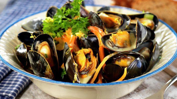 Blåskjell er som all annen sjømat aller best på smak og konsistens i den kalde årstiden. Denne blåskjellvarianten smaker godt hele året og når blåskjellene er spist opp og livet er herlig å leve, tar du opp en skje og spiser resten som en suppe. Enkel mat med mye smak.