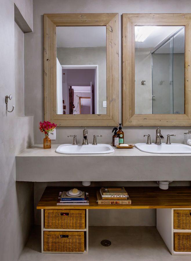 Micro cimento é uma solução muito rápida para cobrir paredes. Em banheiros, por exemplo, serve para cobrir antigos revestimentos cerâmicos sem ter que retirar os azulejos ou o piso. Com esse material é possível realizar desde lavabos e bancadas até banheiras, nichos para guardar toalhas ou emoldurar um espelho. Existe a opção de cobrir o banheiro inteiro com esse material ou misturá-lo com madeira ou móveis que criem um bonito contraste. (bloghistoriacasa) www.facebook.com/mmrepresentacoes