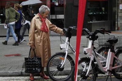Las ganadoras del premio 'Paseante' son «todas las mujeres de Bilbao». El galardón ha sido otorgado por votación popular a una representación compuesta por una taxista, una maquinista del funicular, una patrullera municipal, una conductora de autobús y una vigilante de la OTA. Martín Ibarrola | El Correo, 2017-09-22 http://www.elcorreo.com/bizkaia/ganadoras-premio-paseante-20170922141619-nt.html