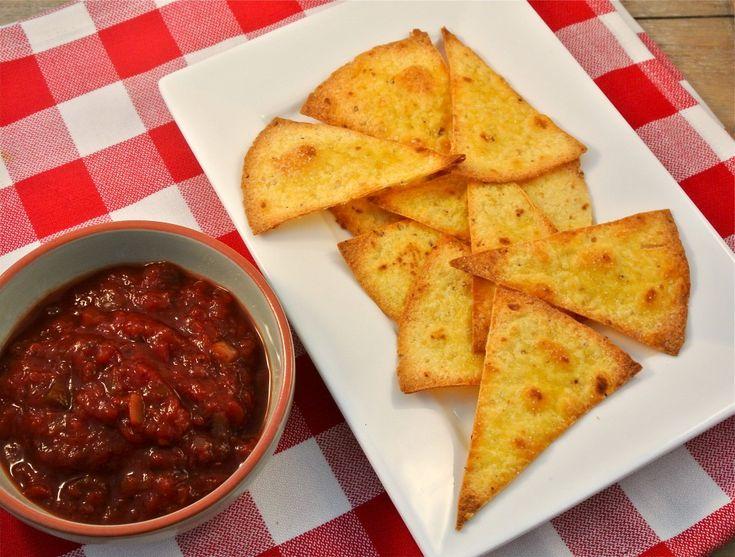 zelfgemaakte tortillachips    http://www.lekkerensimpel.com/2013/03/08/zelfgemaakte-tortillachips/