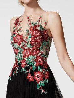 Grivan Vestido tul plisado entallada con flores bordadas multicolor y pedrería ascienden por cuerpo y espalda creando escote ilusión efecto segunda piel. Pronovias