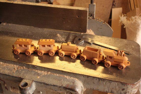 Ce grand traditionnel en forme de train en bois est prêt pour le travail. Il va faire n'importe quel enfant heureux. Ensemble de train a cinq parties, toutes les roues tournent. Il est fabriqué à partir de bois de bouleau et fini avec huile de lin non toxique. Il ny a aucune pièce métallique.  La longueur totale de cet ensemble de train est de 45 cm ou 17 1/2 pouces.   Pour garçons ou filles, âge recommandé: 3 ans +