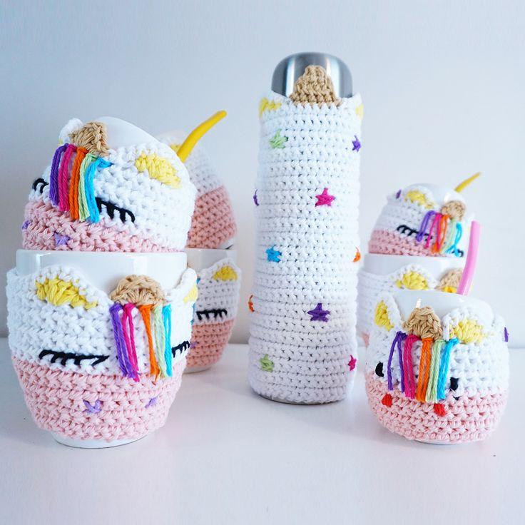 Mate Unicornio de ceramica con funda tejida al corchet de hilo de algodon, con tirita y boton para lavar la misma. Incluye bombilla