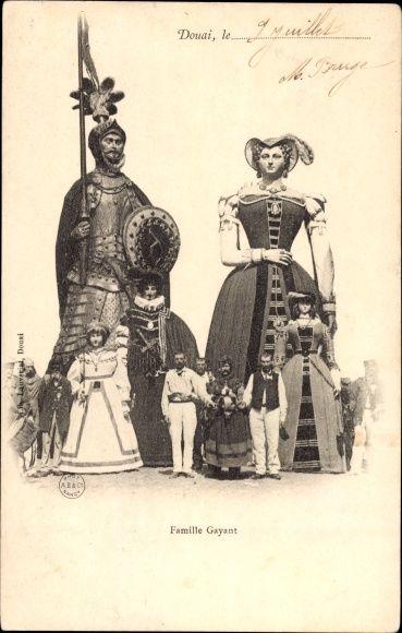 Postcard Douai Nord, La Famille Gayant, Riesenfamilie