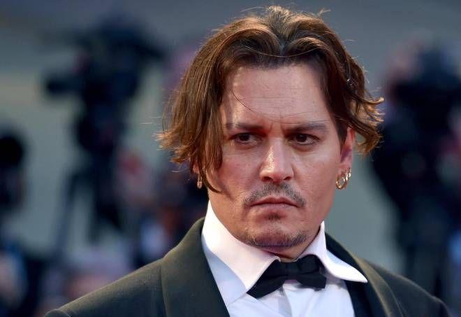 VENEZIA E'stato il personaggio più notato sul tappeto rosso di Venezia, dove ha accompagnatola moglie Amber Heard, che è fra gli interpreti