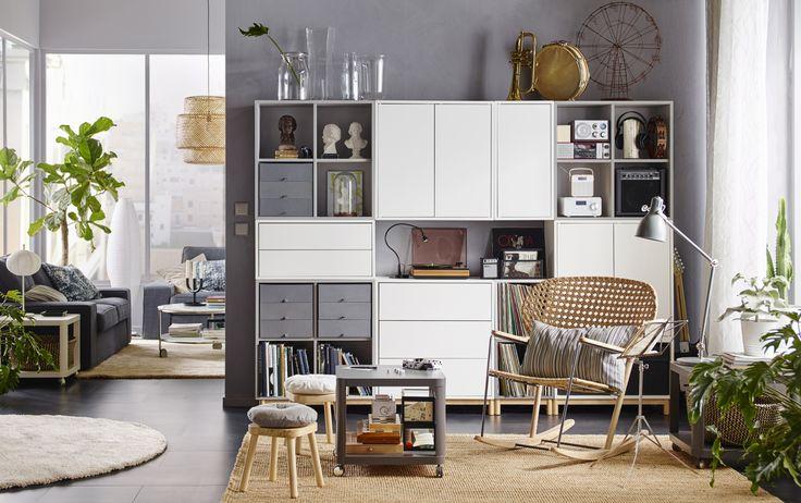 EKET kastencombinatie | IKEA IKEAnederland IKEAnl opbergen woonkamer vakken creatief samenstellen nieuw inspiratie wooninspiratie vakkenkast design kleur trendy vierkant GRÖNADAL schommelstoel KIVIK zitbank