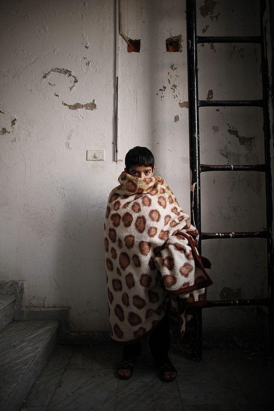 Ghasan e la sua famiglia sono fuggiti dalla Siria dopo che il padre venne ferito. Ora vivono in Giordania, in uno degli otto appartamenti al sesto piano di un palazzo. Non c'è riscaldamento e non hanno vestiti caldi, per il momento si coprono con delle coperte.   UNHCR/ B. Sokol
