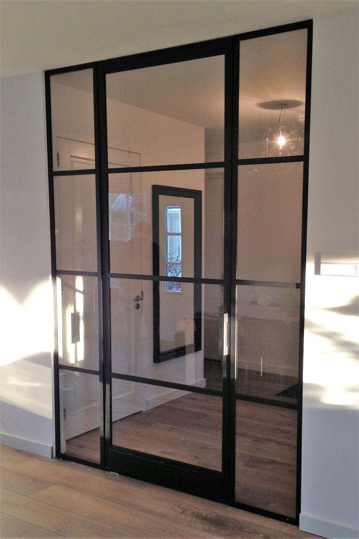 Taatsdeur (FritsJurgens systeem) met 4 vlakken en zijpanelen. Geproduceerd en geplaatst door Mijn Stalen Deur.