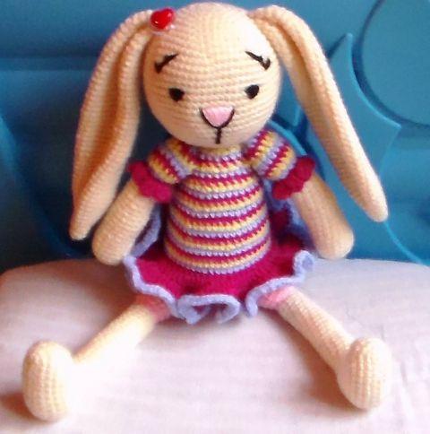 Lola Nyuszi lány - amigurumi, Játék, Baba játék, Játékfigura, Horgolt nyuszi lány rövid szoknyában. Méret: 32 cm Színei: világos tojáshéjsárga, világos ..., Meska