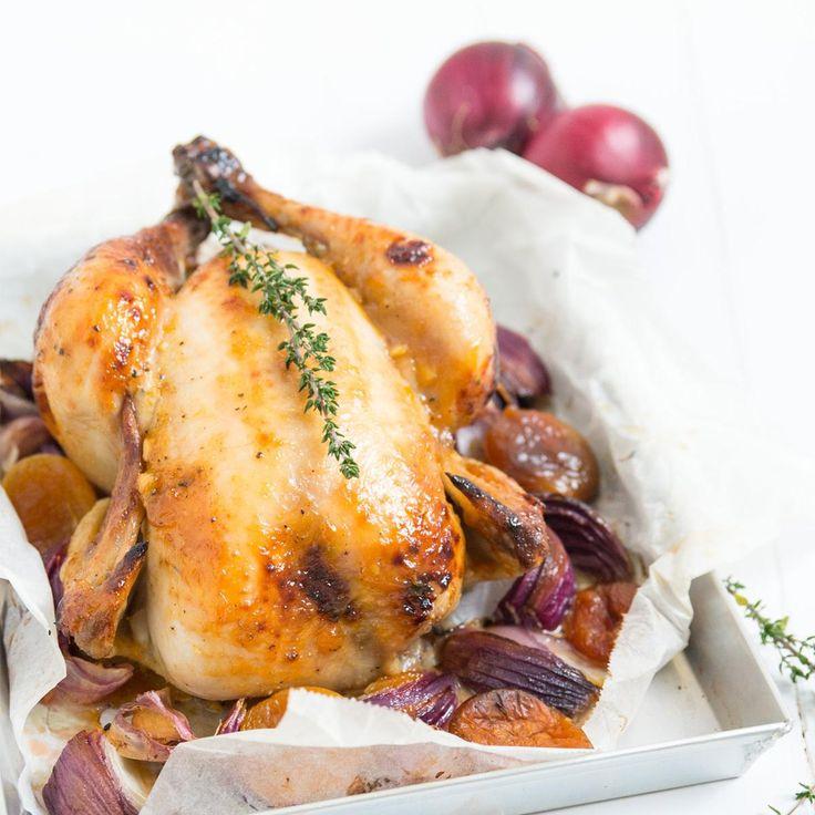 Zo maak je het Stap 1. Dep de kip droog met een keukenpapiertje. Breng de binnen- en de buitenkant van de kip op smaak met wat peper en zout. Leg de kip in een ingevette ovenschaal. Stap 2. Maak een marinade van de abrikozenjam met de mosterd, 2 gehakte teentjes knoflook, het sap van een halve citroen, de blaadjes van een takje tijm, een scheutje olijfolie en wat peper en zout. Verwarm deze kort in een steelpannetje. Hierdoor wordt de marinade wat smeerbaarder. Stap 3. Bestrijk de…