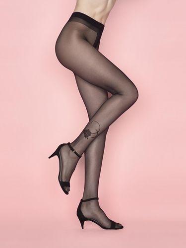 Klassisk tights med en twist. Ei nydelig rose pryder ankelen, den er formet slik at foten din skal oppfattes smal og vakker.    Bomulls kile, flate sømmer og forsterket tå.