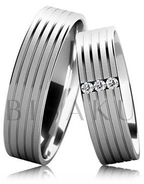 B35 Snubní prsteny z bílého zlata v saténově matném provedení se čtyřmi lesklými drážkami. Dámský prsten zdobený kameny. #bisaku #wedding #rings #engagement #svatba #snubni #prsteny