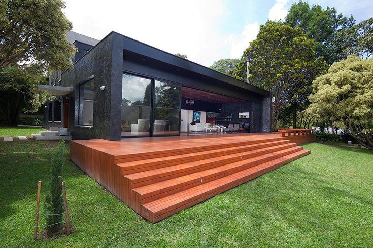 La casa es una mezcla entre una estructura a dos aguas y un volumen rectangular de cubierta plana, donde se ubica el salón. El deck de madera teca es la continuación del gran salón, que se integra al abrir las puertas de vidrio.                                                                                                                                                                                 Más