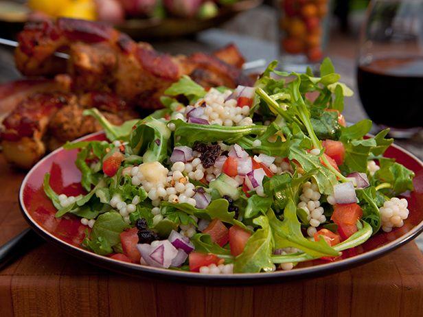Receta: Ensalada de Cuscús Israelí y Rúcula en español | Food Network en Español