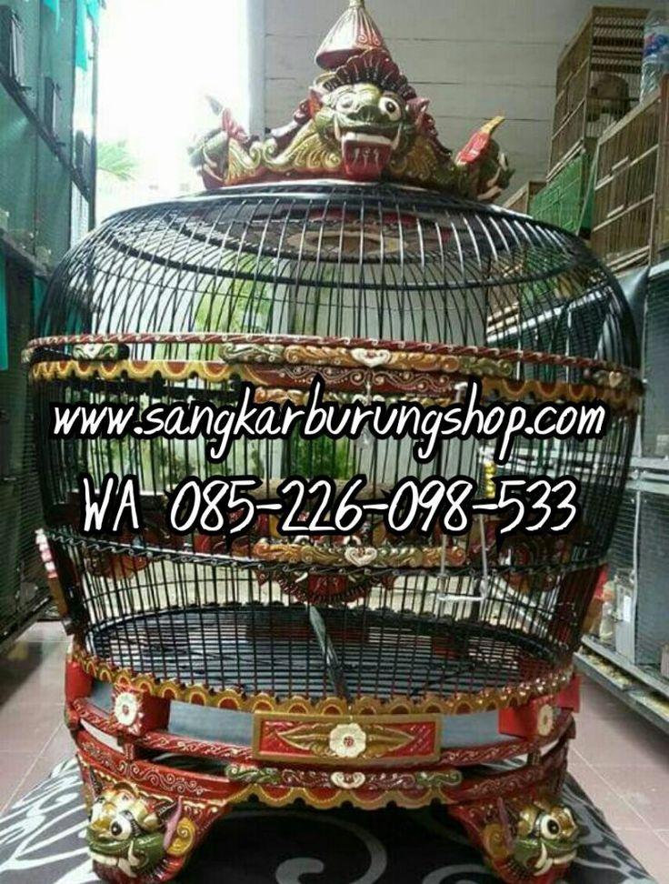 Sangkar Perkutut Ukir Jepara terbuat dari kayu solid dengan desain ukiran Sira kala atau ukir Barong memberikan kemewahan tersendiri bagi yang memilikinya.