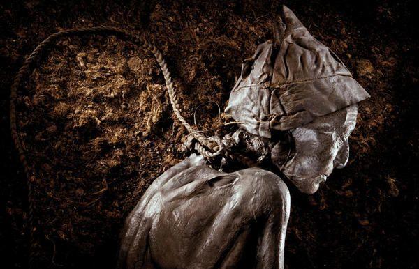El hombre de Tollund fue ahorcado con un cordel de tripa. Es un hombre que vivió en el siglo IV a. de C. Su cuerpo fue hallado en una tubera de  Dinamarca.