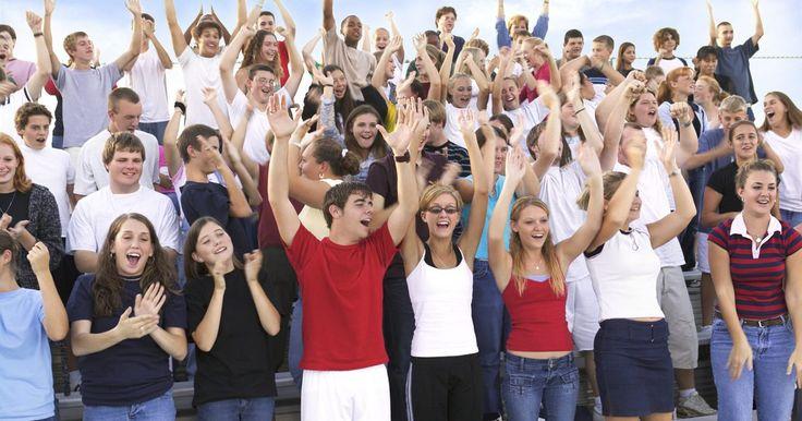 Actividades para construir la empatía en los adolescentes. Construir la empatía en adolescentes puede ser algo desafiante en una jerarquía social dirigida por los compañeros, tal como la escuela secundaria. Los adolescentes deben aprender la diferencia entre empatía y simpatía –asociar y entender la experiencia de los sentimientos de otra personas, en contrapartida de sentir pena por la otra persona. ...