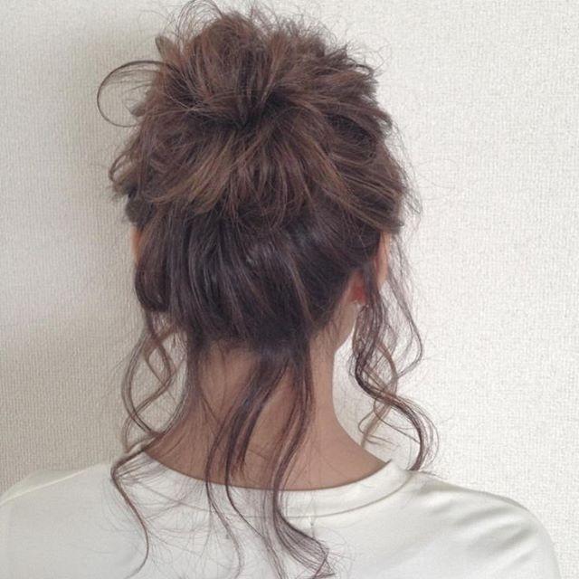 今回ご紹介するのは @horike_shota さんのヘアアレンジ。 週も半ばに入り少しリラックスしたい気分の時は いさぎよく後れ毛をだしてラフ感を演出しましょう。  #regram #locari #locari_hair #ロカリ #ロカリヘア #ヘア #ヘアスタイル #ヘアカラー #ヘアアレンジ  #リラックススタイル #お団子 #�hair #hairarrange #haircolor #hairstyle