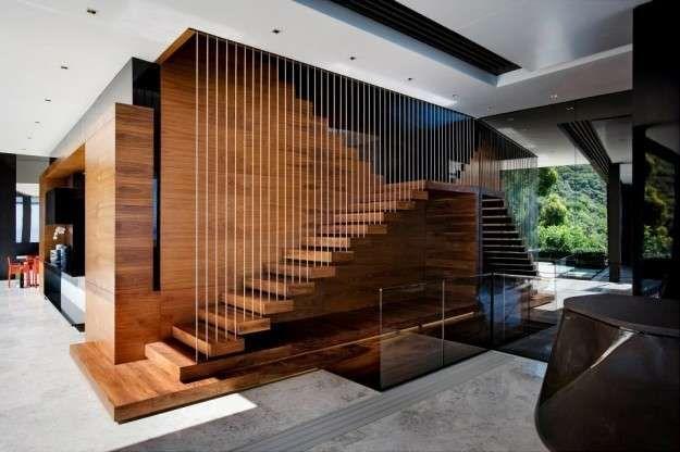 Soluzione con gradini in legno e ringhiera verticale in ferro