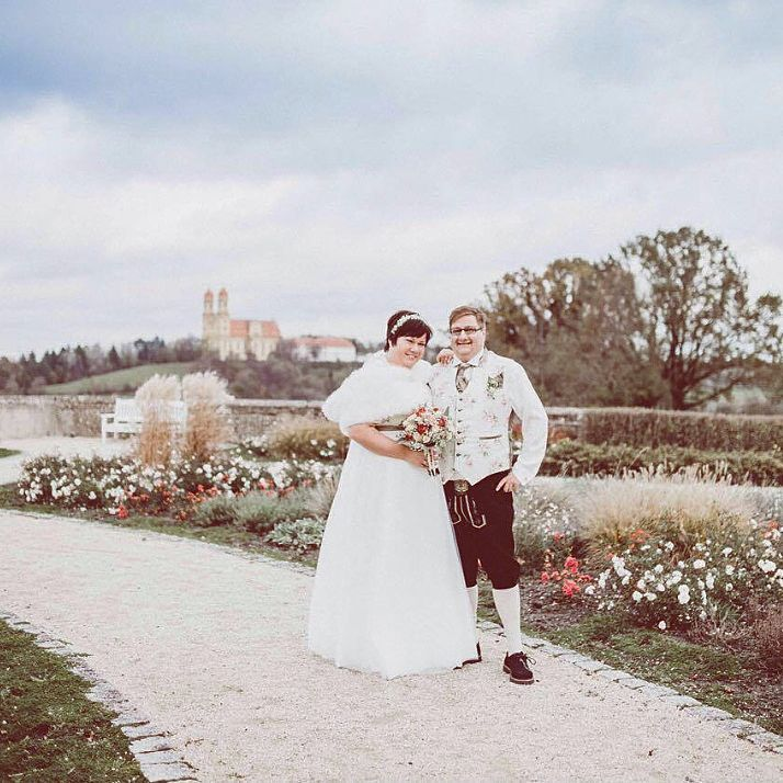 """Auch für Plus Size Bräute fertigt Tian van Tastique das perfekte Brautdirndlkleid in bodenlang an ,natürlich mit passendem Trachtengilet für den Bräutigam  www.tianvantastique.com #tianvantastique #love #kinden #brautdirndl"""""""