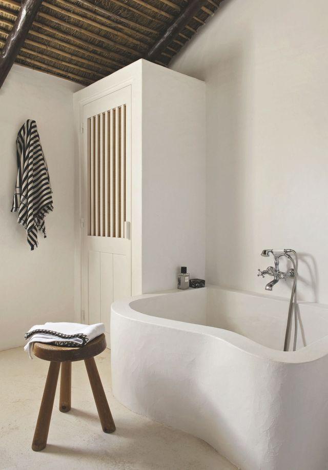 Une baignoire tendance dans une maison de vacances au Portugal. Plus de photos sur Côté Maison : http://petitlien.fr/8aso
