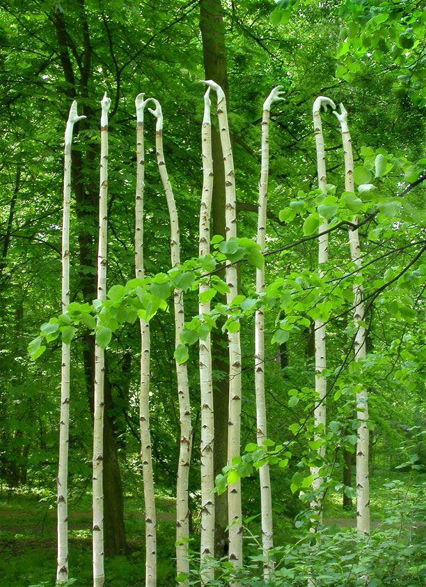 Olga Ziemska, Listen (2003).  Composant ses sculptures et créations in situ à partir d'objets trouvés et de matériaux recyclés, cette artiste d'origine polonaise est basée à Cleveland, aux États-Unis. Elle a remporté de nombreux prix prestigieux et expose internationalement.