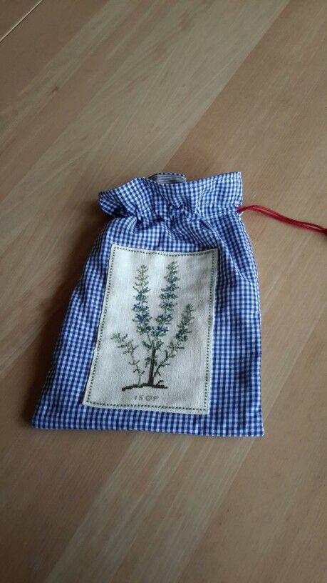 Sådan en pose kunne man bruge til sin strikkestrømpe. Materialerne til broderiet er vraggods fra røde kors,  pose og for er fra Leifs gamle skjorter. Forhåbentlig kan den sælges i røde kors butikken.