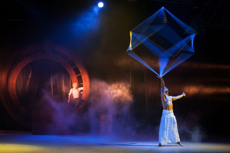 Big juggling cubes spin above the heads of acrobats. This performance fills up even huge spaces and evokes the feeling of airiness and freedom. Feeling of airi
