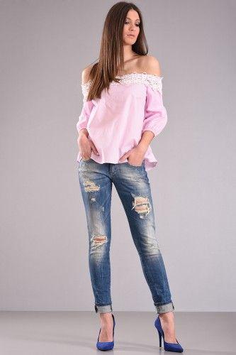 Μπλούζα με ψιλή ρίγα έξω ώμους δαντέλα μπρόστα τρουακάρ μανίκι με λάστιχο στο τελείωμα από ύφασμα ποπλίνα ριγέ σταθερή σε ροζ χρώμα. 37,90€    Μεγέθη : Small / Medium  Χρώμα : Ροζ  Σύνθεση : 100% COTTON