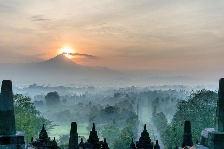 Watching the #sunrise over the #Borobudur (#Yogyakarta #Java #Indonesia)…
