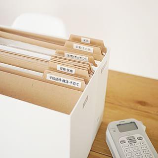 によるInstagramの写真saya.s.a - 我が家の無印の活用方法、興味を持って見て頂いている方が多くてビックリしていますが嬉しいです◡̈無印良品期間中のお買い物の参考になればと思い、またまた我が家の無印ネタです。 書類、取扱い説明書等の整理には、無印のファイルボックスと仕切りを使っています。 ファイルボックスは、大まかに、「書類」「取扱い説明書」「PC・ネット関係」「住宅設備関係」を用意して、その中で仕切りを付けて整理をしています。 この整理は、新居に引っ越す前にやっておきたくて、ちょうど1年程前にせっせとやってました。 作るまでが少々面倒ですが、1度このボックスと仕切りを作ってしまえば、探す時や仕舞う時が楽になりました◡̈ こういう整理には、ピータッチが大活躍しています♩ #無印 #無印良品 #muji #収納 #書類整理 #整理収納 #ピータッチ #暮らし #くらし #日々 #おうち #myhome #マイホーム #saya_書類整理