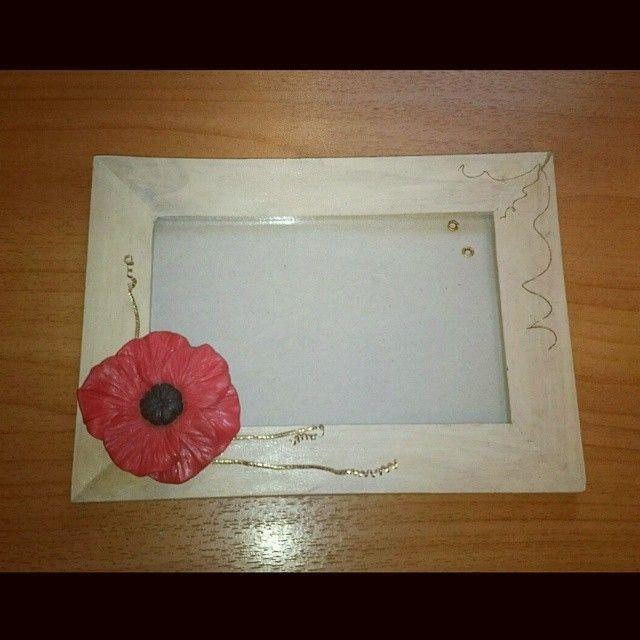 фоторамка; материалы: дерево, полимерная глина, акриловая краска, метал.  #хендмейд #ручнаяработа #рамка #фоторамка #мак #красный #handmade #handicraft #photoframe #photo_frame #frame #red #poppy