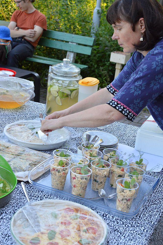 Kahvila Hanna Å:ssa on tarjolla esimerkiksi monenlaisia itsetehtyjä  piirakoita, salaattia ja mehua. Luuppi, Oulu (Finland)