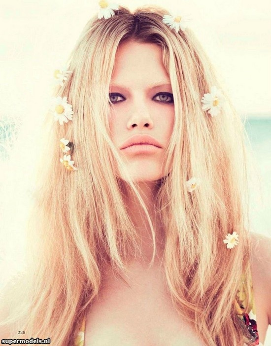 Hailey Clauson in 'Como Brigitte' - Photographed by Paolo Kudacki (Vogue España May 2012)    Complete shoot after the click...