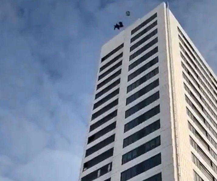 #ACTUALIDAD #FVnoticias Joven sueco sobrevivió después saltar de un edificio de 24 pisos: Follow @DonfelixSPM El joven subió al edifico…