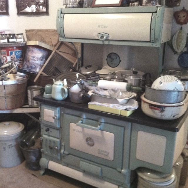 Love old stoves,I want this stove and everything on it. <3